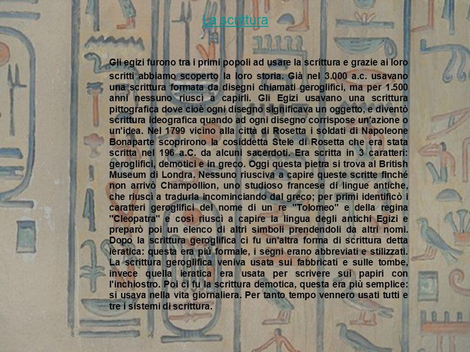La scrittura Gli egizi furono tra i primi popoli ad usare la scrittura e grazie ai loro scritti abbiamo scoperto la loro storia.