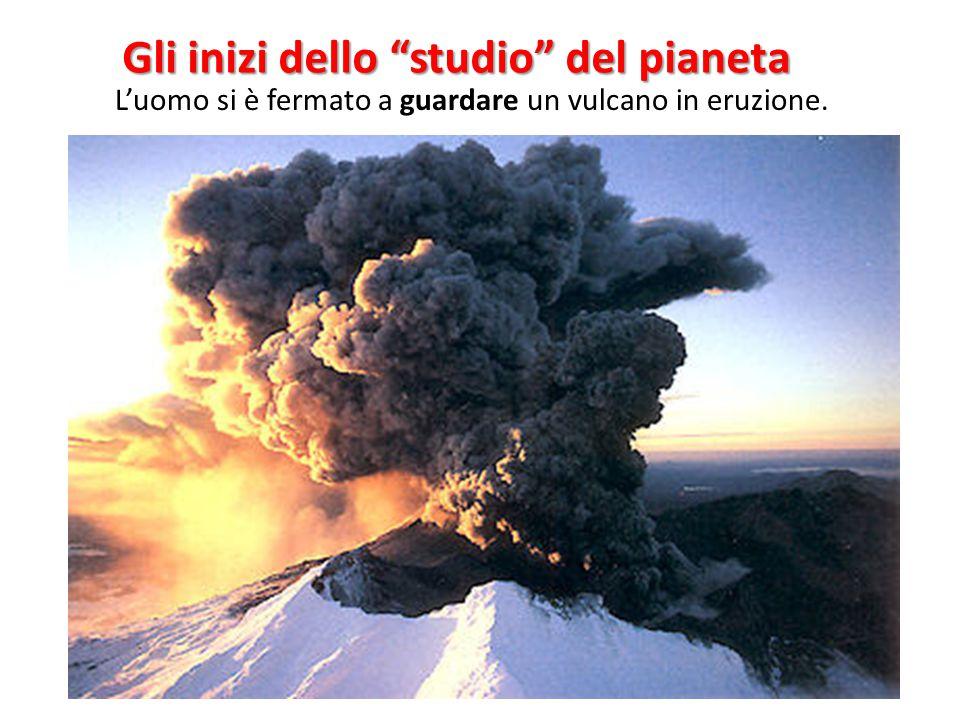 """Gli inizi dello """"studio"""" del pianeta L'uomo si è fermato a guardare un vulcano in eruzione."""