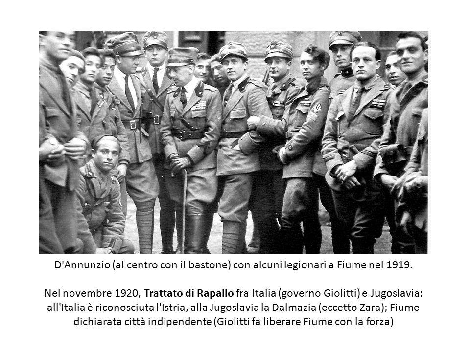 D'Annunzio (al centro con il bastone) con alcuni legionari a Fiume nel 1919. Nel novembre 1920, Trattato di Rapallo fra Italia (governo Giolitti) e Ju