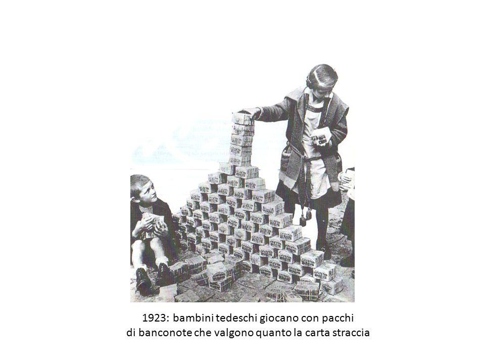 1923: bambini tedeschi giocano con pacchi di banconote che valgono quanto la carta straccia