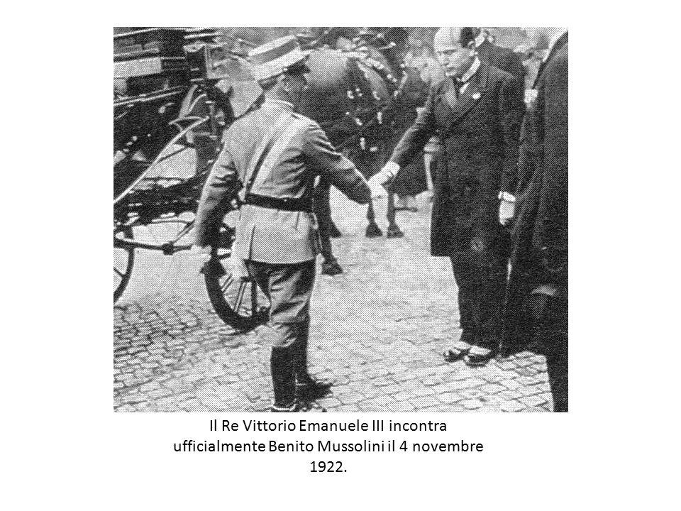Il Re Vittorio Emanuele III incontra ufficialmente Benito Mussolini il 4 novembre 1922.