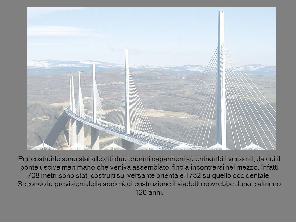 Per costruirlo sono stai allestiti due enormi capannoni su entrambi i versanti, da cui il ponte usciva man mano che veniva assemblato, fino a incontrarsi nel mezzo.