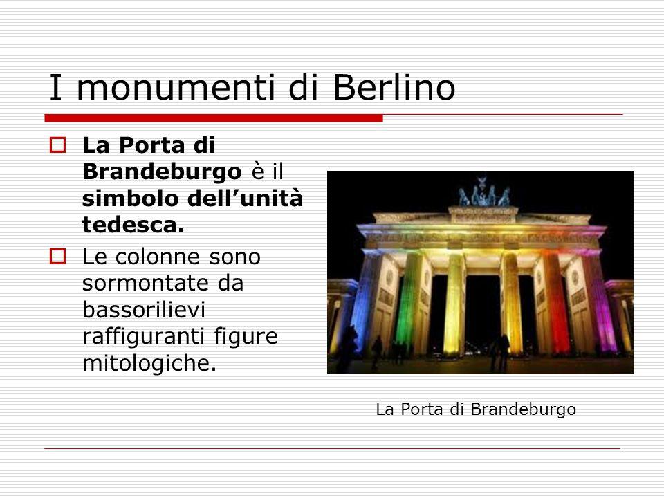  La Porta di Brandeburgo è il simbolo dell'unità tedesca.  Le colonne sono sormontate da bassorilievi raffiguranti figure mitologiche. La Porta di B
