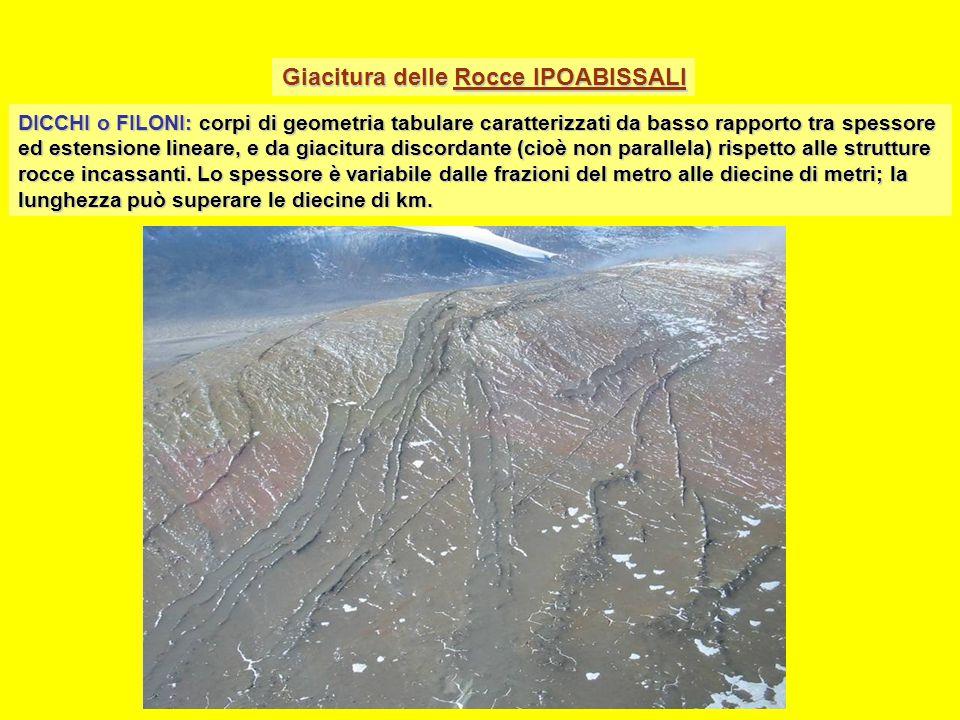 Strutture delle rocce intrusive Sulla base delle dimensioni, la grana dei minerali viene suddivisa in: Strutture granulari Grana molto grossa > 50 mm Grana grossa 50 - 5 mm Grana media 5 - 1 mm Grana fine 1 – 0.1 mm Grana molto fine 0.1 – 0.01 mm Le rocce intrusive hanno struttura granulare a grana medio-grossa