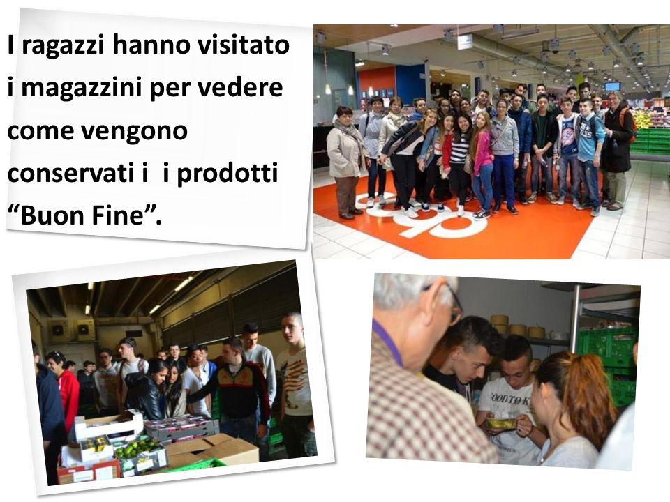 """I ragazzi hanno visitato i magazzini per vedere come vengono conservati i i prodotti """"Buon Fine""""."""