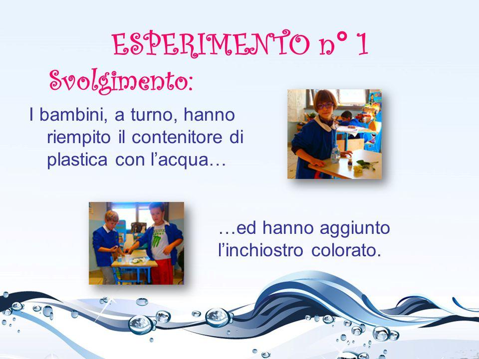 I bambini, a turno, hanno riempito il contenitore di plastica con l'acqua… ESPERIMENTO n° 1 …ed hanno aggiunto l'inchiostro colorato. Svolgimento: