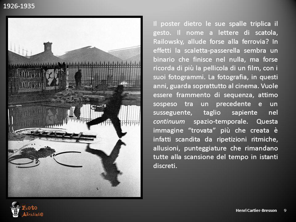 Henri Cartier-Bresson 9 Il poster dietro le sue spalle triplica il gesto. Il nome a lettere di scatola, Railowsky, allude forse alla ferrovia? In effe