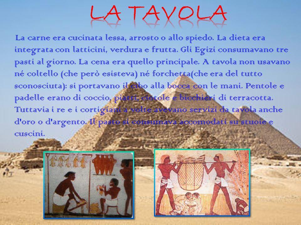 La carne era cucinata lessa, arrosto o allo spiedo. La dieta era integrata con latticini, verdura e frutta. Gli Egizi consumavano tre pasti al giorno.