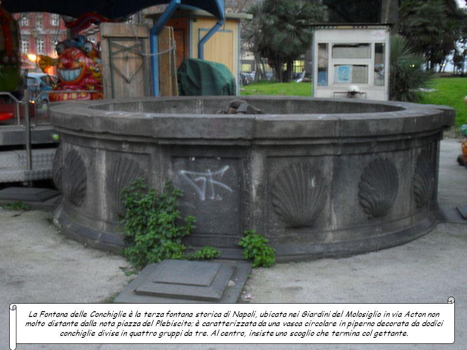 La Fontana dei Papiri è la seconda fontana monumentale situata all'interno dei Giardini del Molosiglio in via Acton, fu progettata e costruita con al