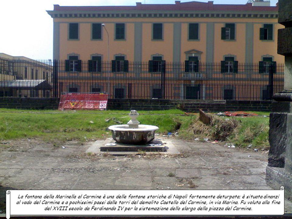 La Fontana al Capo Posillipo, tipicamente ad edicola in piperno con lesene doriche nella cui nicchia al centro in origine si trovava una testa di leon
