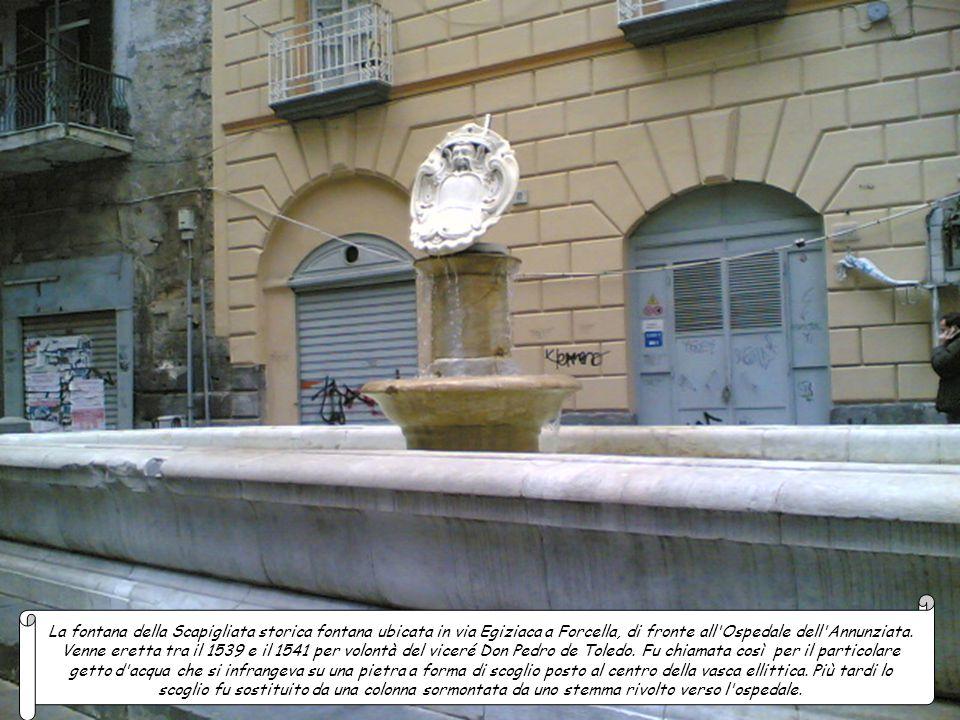 La fontana del Marinaretto ubicata in largo Barbaja a Mergellina fu costruita nei primi anni del Novecento e presenta una vasca ottagonale in marmo im