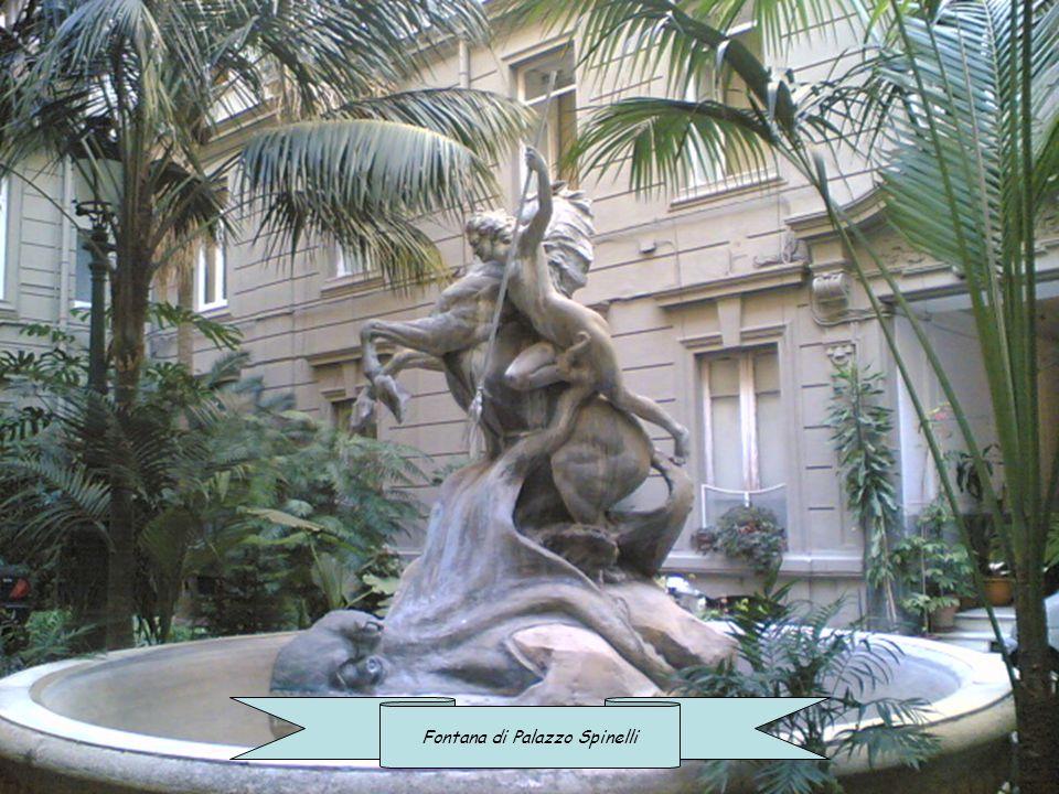 Fontana di un palazzo munumentale in Via del Chiatamone