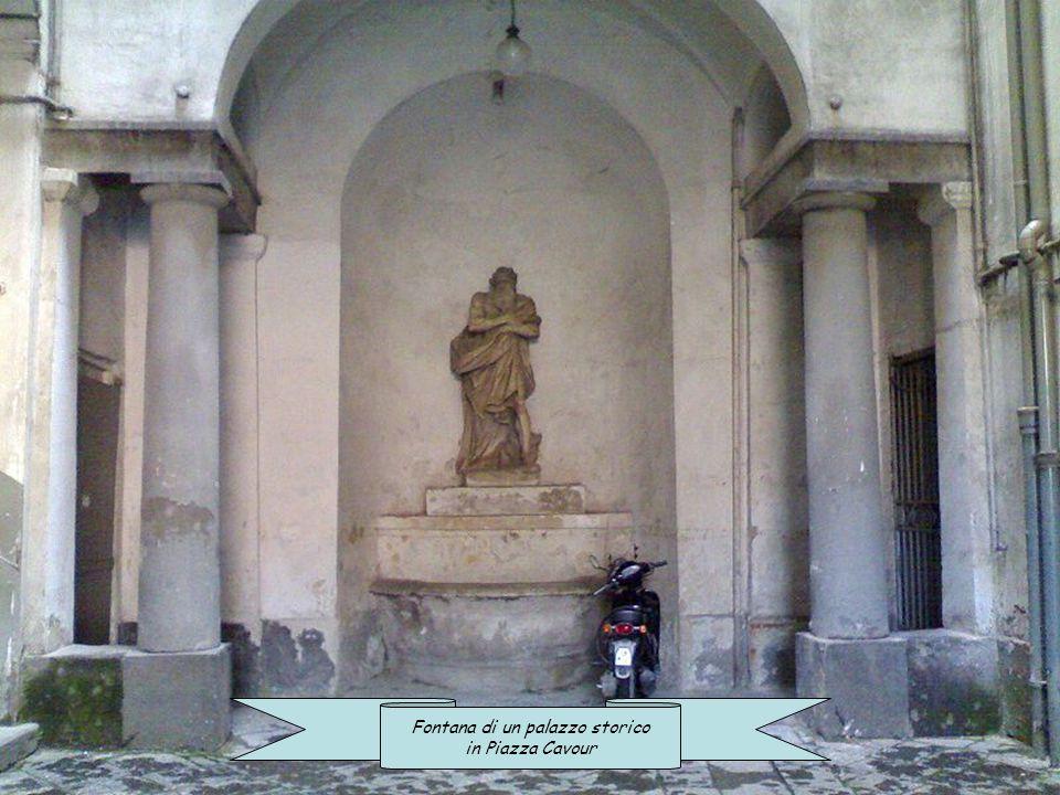 Fontana di un palazzo in Via San Nicandro Fontana di una villa storica al Borgo Marechiaro