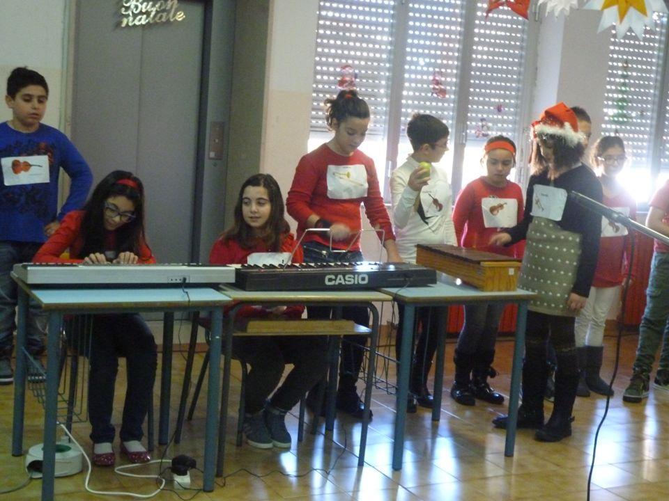 """La classe 5 a A I bambini hanno iniziato il saggio eseguendo una trascrizione del brano """"In quel primo Natal"""" dove hanno suonato la tastiera e lo stru"""