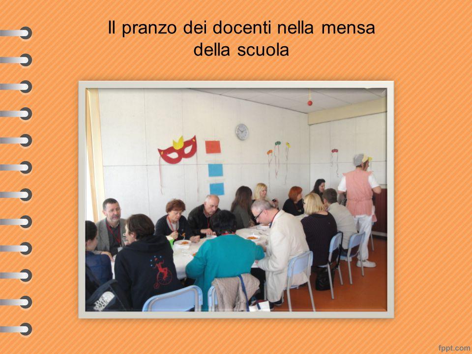 Il pranzo dei docenti nella mensa della scuola