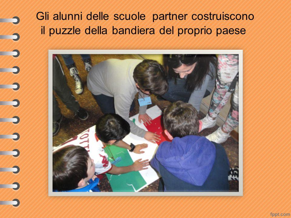 Gli alunni delle scuole partner costruiscono il puzzle della bandiera del proprio paese