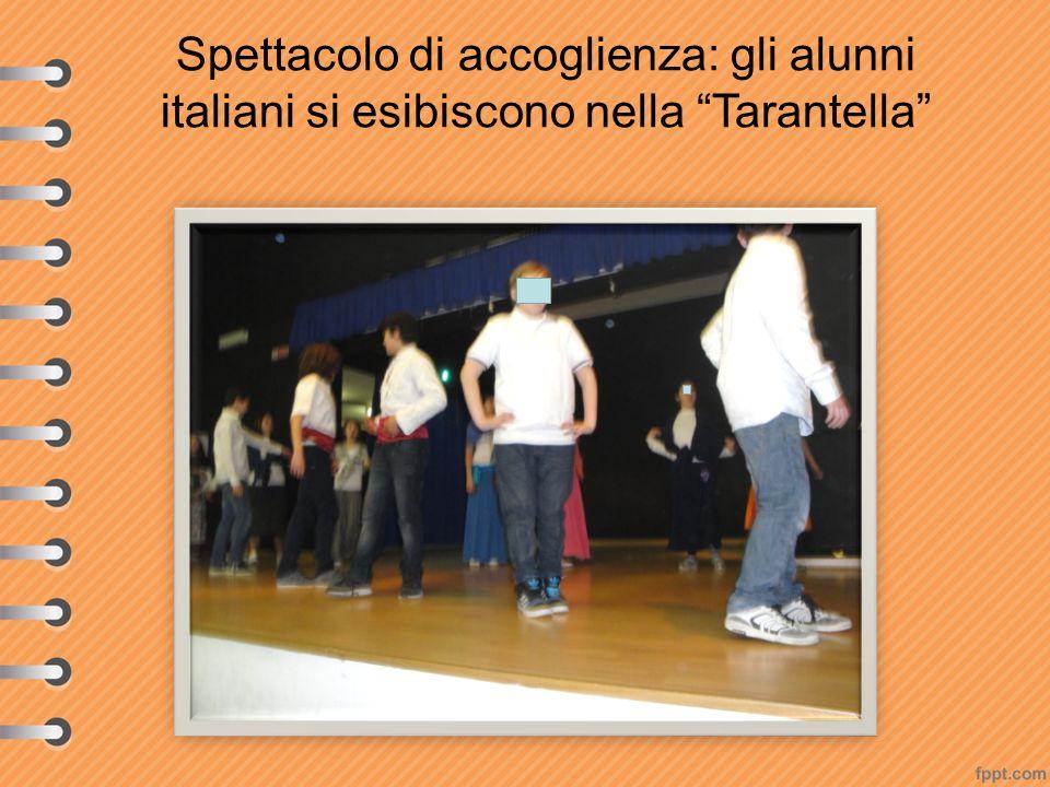 """Spettacolo di accoglienza: gli alunni italiani si esibiscono nella """"Tarantella"""""""