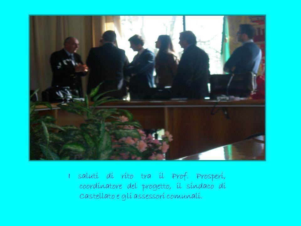I saluti di rito tra il Prof. Prosperi, coordinatore del progetto, il sindaco di Castellato e gli assessori comunali.
