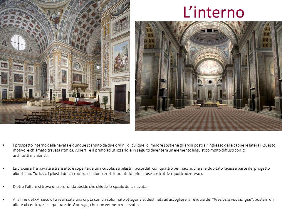 L'interno l prospetto interno della navata è dunque scandito da due ordini di cui quello minore sostiene gli archi posti all'ingresso delle cappelle l
