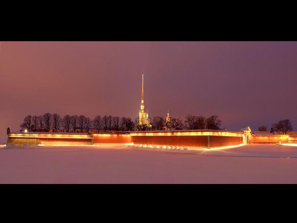 San Pietroburgo (in russo: Санкт-Петербург, Sankt- Peterburg) con circa 5 milioni di abitanti (2012), è la seconda città della Russia per dimensioni e popolazione nonché il porto più importante.