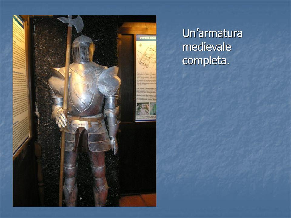 Un'armatura medievale completa.