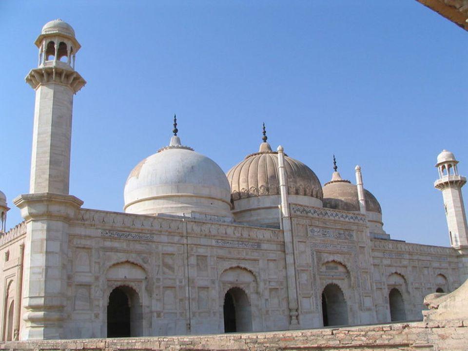 La moschea E' il luogo dove si compiono le prosternazioni che fanno parte dei movimenti obbligatori che deve compiere il fedele mentre prega.
