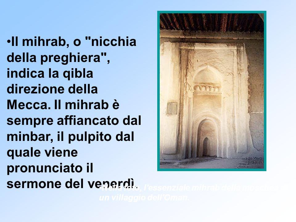 Il mihrab, o nicchia della preghiera , indica la qibla direzione della Mecca.