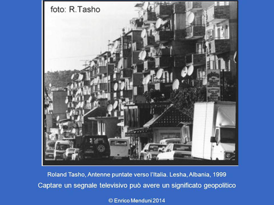 Roland Tasho, Antenne puntate verso l'Italia. Lesha, Albania, 1999 Captare un segnale televisivo può avere un significato geopolitico