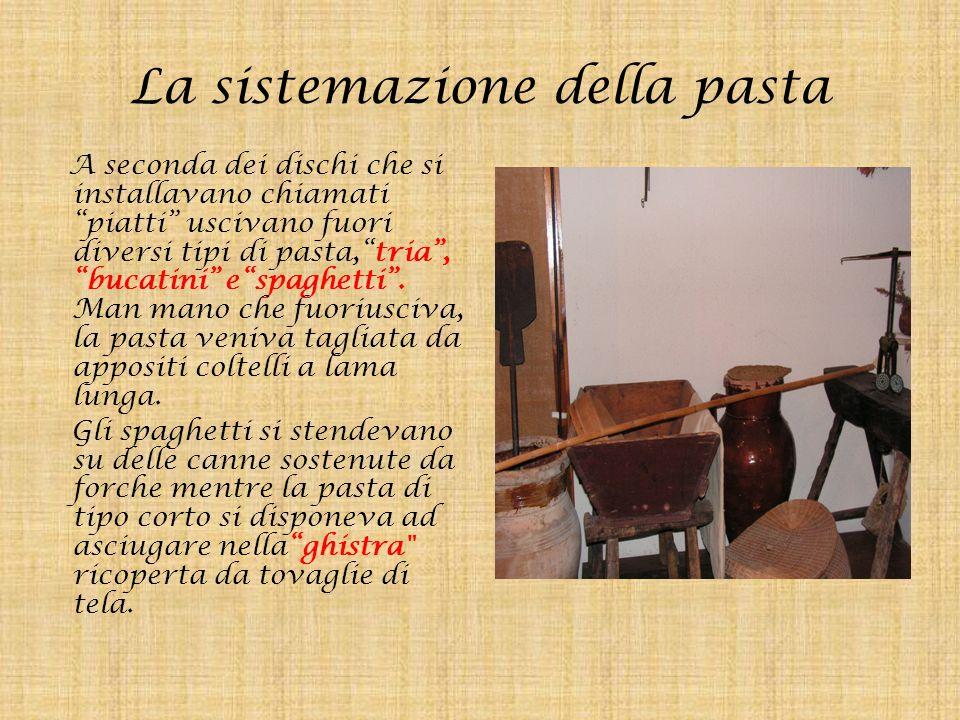 """La sistemazione della pasta A seconda dei dischi che si installavano chiamati """"piatti"""" uscivano fuori diversi tipi di pasta,""""tria"""", """"bucatini"""" e""""spagh"""