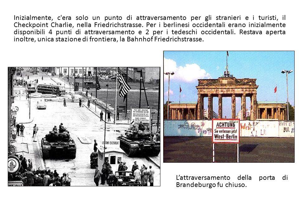 Inizialmente, c'era solo un punto di attraversamento per gli stranieri e i turisti, il Checkpoint Charlie, nella Friedrichstrasse. Per i berlinesi occ