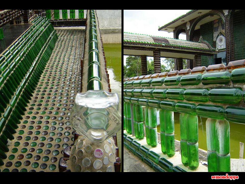 Questo singolare tempio è stato eretto a 400 miglia a nord-est di Bangkok, nella città di Khun Han, vicino alla frontiera cambogiana.
