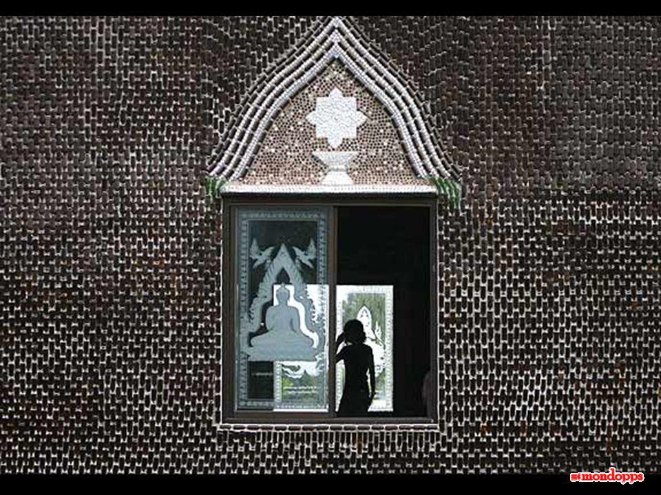 Durante la sua costruzione i monaci buddisti decisero di riunire una grande quantità di bottiglie di vetro come esempio di reciclaggio utile, e per questo mobilitarono gli abitanti della zona in un' operazione di pulizia che culminò in questo singolare squisito tempio dove si riflette meravigliosamente il sole tailandese.