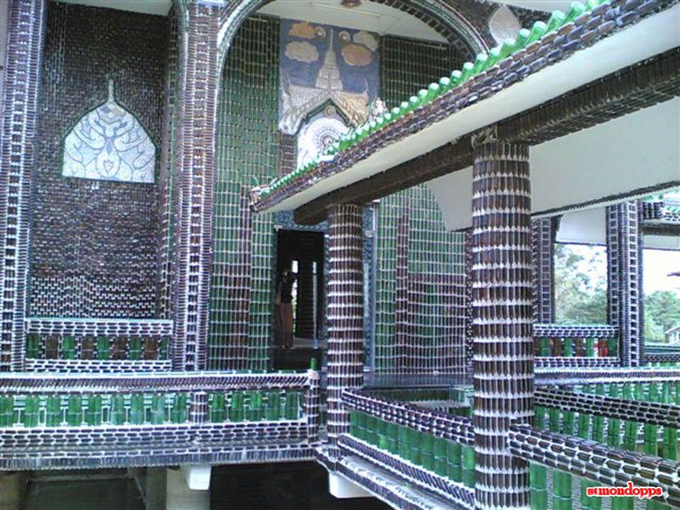 Il tempio Wat Pa Maha Chedi Kaew, nella provincia tailandese di Sisaket, ci sorprende dato che è stato costruito con delle bottiglie di vetro.