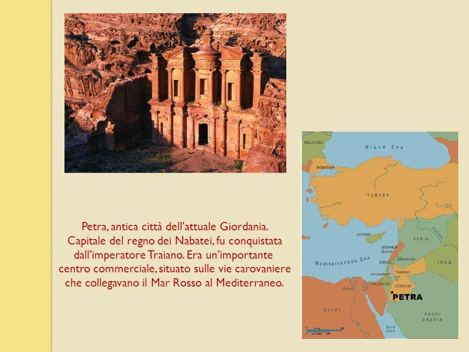 Petra, antica città dell'attuale Giordania. Capitale del regno dei Nabatei, fu conquistata dall'imperatore Traiano. Era un'importante centro commercia