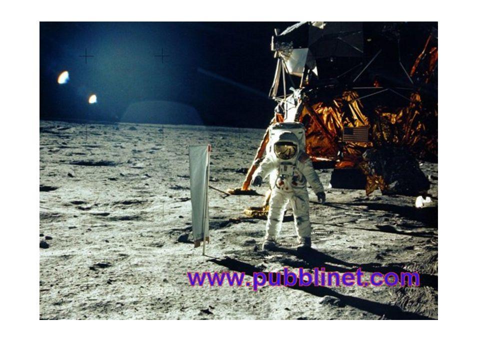 Questo è un piccolo passo per un uomo ma un balzo gigantesco per l Umanità This is a little step for a man but a gigantic jump for the mankind ( Neil Armstrong July 1969 ) Gli esseri umani sono atterrati sulla Luna il 20 luglio 1969, all apice di una gara spaziale tra URSS e Stati Uniti d America, ispirata dalla guerra fredda.20 luglio1969gara spazialeURSSStati Uniti d Americaguerra fredda Il primo astronauta a camminare sulla superficie lunare fu Neil Armstrong, comandante dell ApolloastronautaNeil ArmstrongApollo