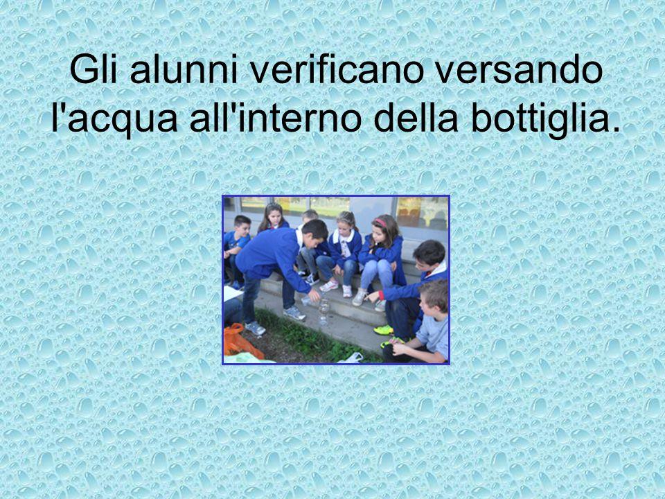 Gli alunni verificano versando l'acqua all'interno della bottiglia.