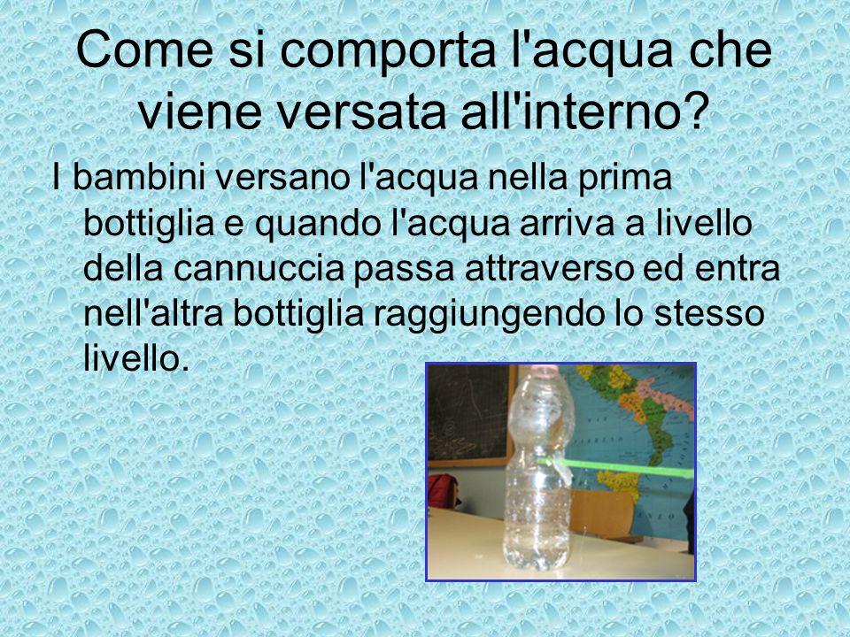 Come si comporta l'acqua che viene versata all'interno? I bambini versano l'acqua nella prima bottiglia e quando l'acqua arriva a livello della cannuc