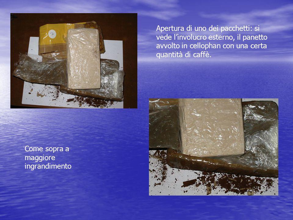 Apertura di uno dei pacchetti: si vede l'involucro esterno, il panetto avvolto in cellophan con una certa quantità di caffè. Come sopra a maggiore ing
