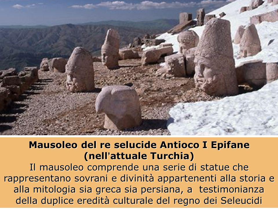Mausoleo del re selucide Antioco I Epifane (nell'attuale Turchia) Il mausoleo comprende una serie di statue che rappresentano sovrani e divinità appar