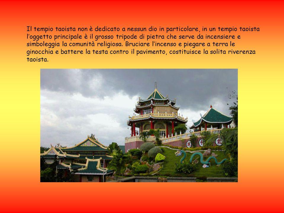 Il tempio taoista non è dedicato a nessun dio in particolare, in un tempio taoista l'oggetto principale è il grosso tripode di pietra che serve da inc