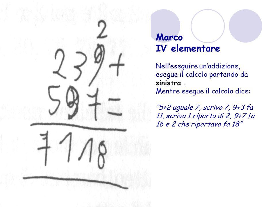 """Marco IV elementare Nell'eseguire un'addizione, esegue il calcolo partendo da sinistra. Mentre esegue il calcolo dice: """"5+2 uguale 7, scrivo 7, 9+3 fa"""