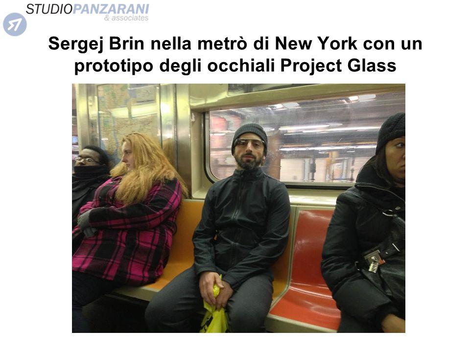 Sergej Brin nella metrò di New York con un prototipo degli occhiali Project Glass