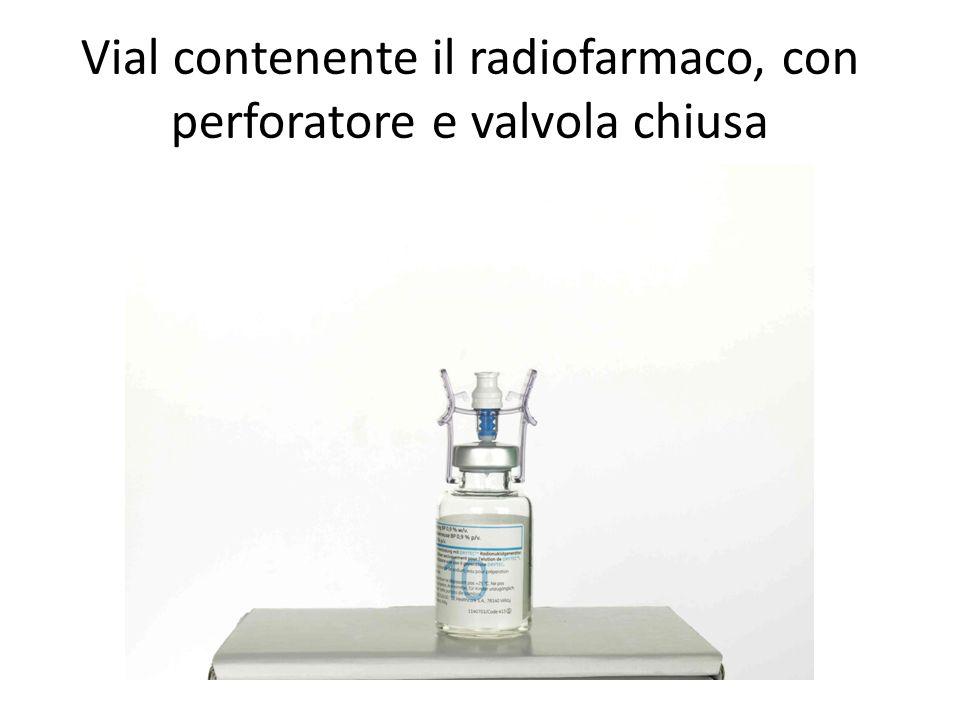 Vial contenente il radiofarmaco, con perforatore e valvola chiusa
