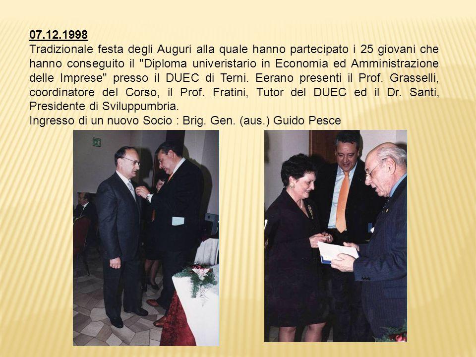 07.12.1998 Tradizionale festa degli Auguri alla quale hanno partecipato i 25 giovani che hanno conseguito il Diploma univeristario in Economia ed Amministrazione delle Imprese presso il DUEC di Terni.
