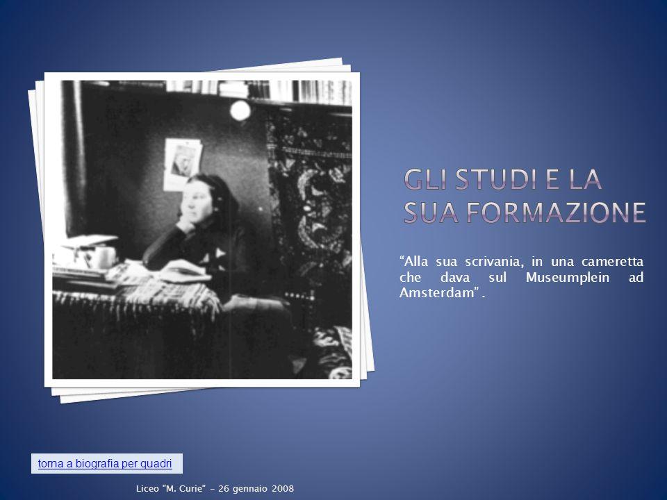 Alla sua scrivania, in una cameretta che dava sul Museumplein ad Amsterdam .