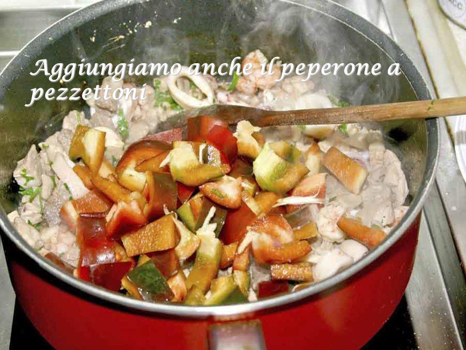 Facciamoli cuocere per qualche minuto dopo avere aggiunto anche il prezzemolo tritato