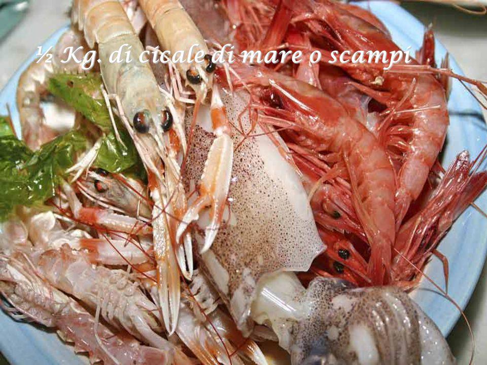 Procuriamo i mariscos e pescados: 350 gr. di gamberi, 350 gr. di calamari