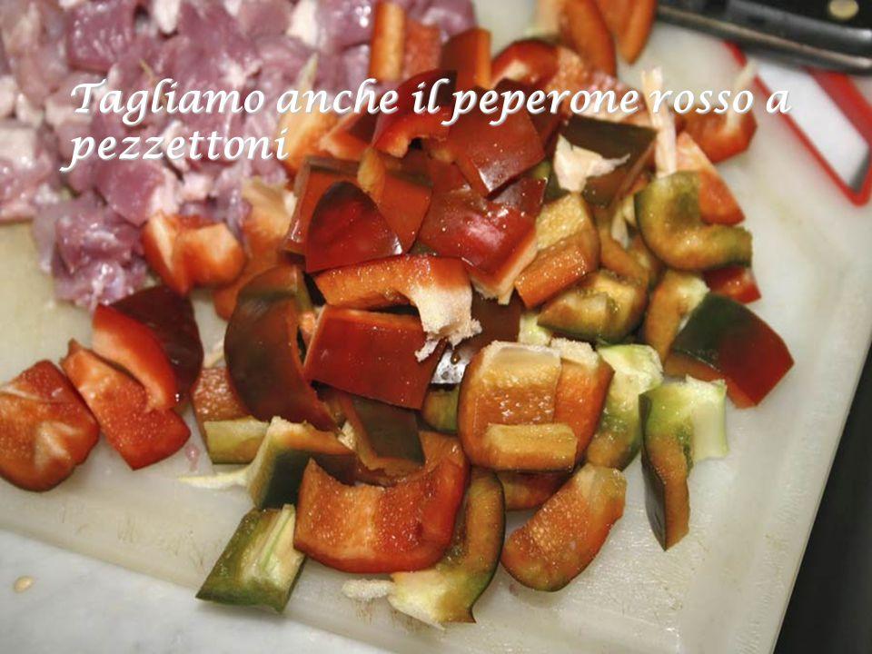 Tagliamo anche il peperone rosso a pezzettoni