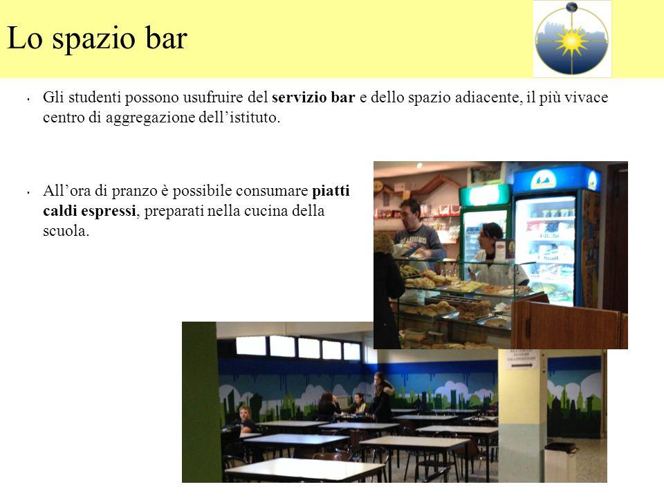 Lo spazio bar Gli studenti possono usufruire del servizio bar e dello spazio adiacente, il più vivace centro di aggregazione dell'istituto. All'ora di