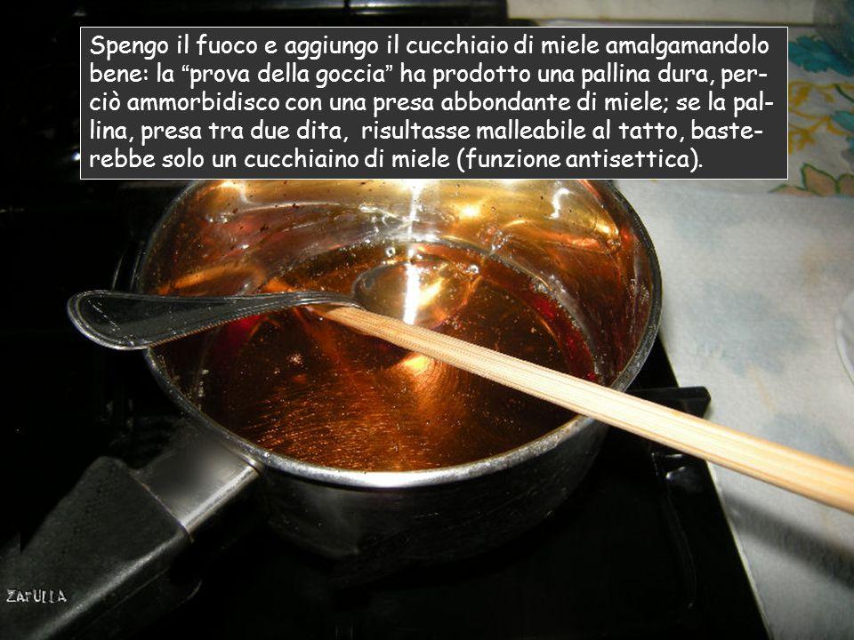 Prova della goccia si mette un pochino d'acqua fredda in un piattino, poi si immerge la bacchetta nel caramello e si lascia cadere la goccia nell'acqu